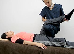不良な姿勢や、身体全体の異常なバランスを見極めて、正しい位置や方向に導き調整することができるから